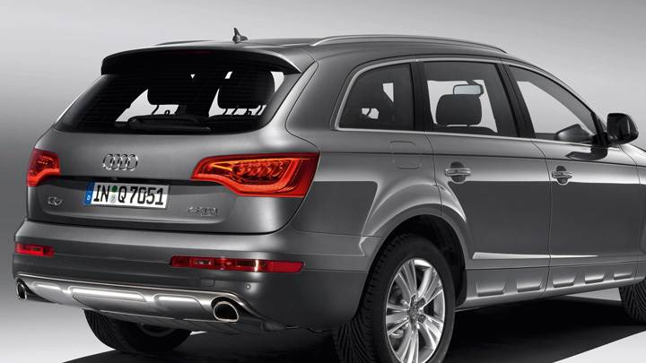 Back Side Pose Of 2010 Audi Q7 30 TDI In Grey