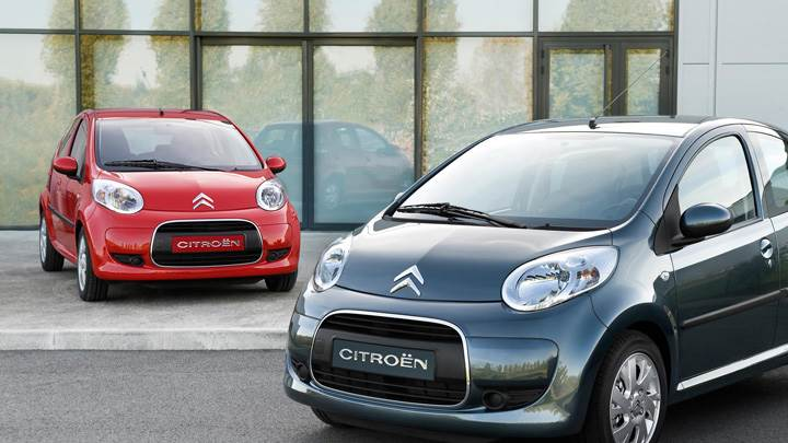 Citroen C1 Front Pose Black Vs Red