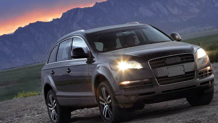 Front Pose Of 2005 Audi Q7 Prototype N HeadLights On In Grey