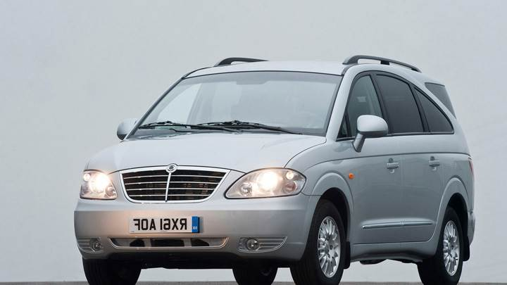 Front Pose Of 2012 SsangYong Rodius HeadLights On In Grey