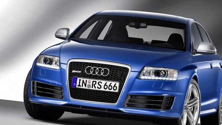Front Pose Of 580PS Audi RS 6 in Blue
