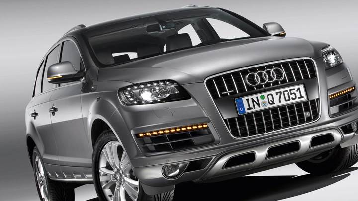 Front Pose of 2010 Audi Q7 30 TDI In Grey