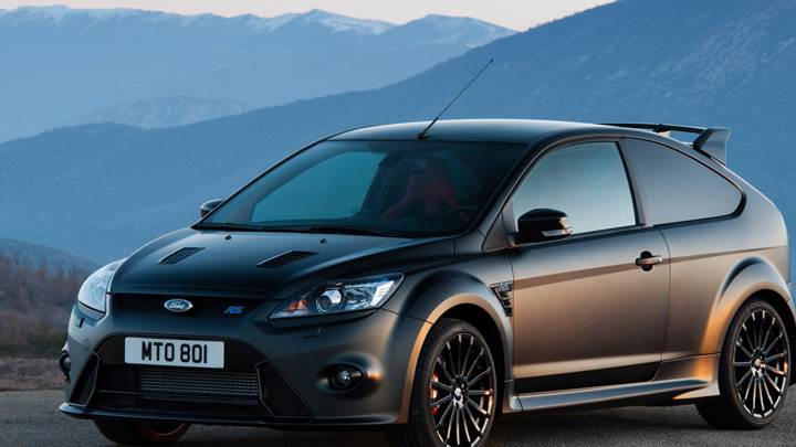 Front Side Pose Of Ford Focus RS500 In Black