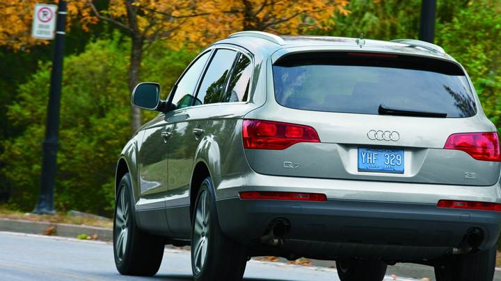 Running Back Pose Of Audi Q7 In Grey