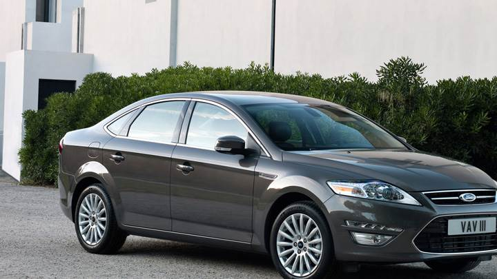 Side Front Pose 2011 Ford Mondeo In Grey