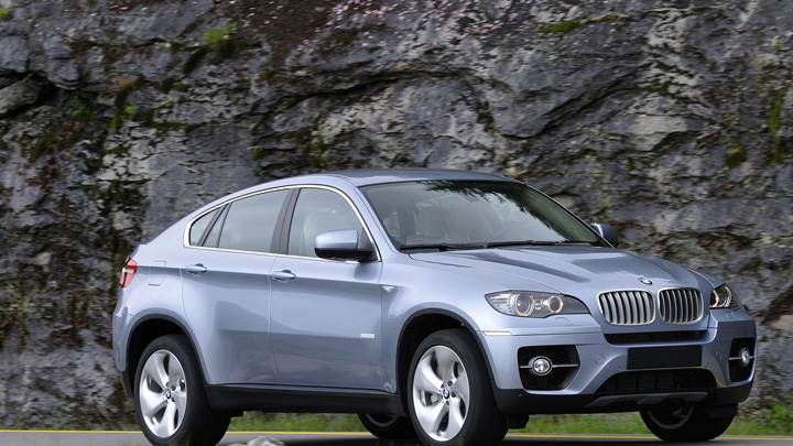 Side Front Pose Of 2010 BMW ActiveHybrid X6 In Grey
