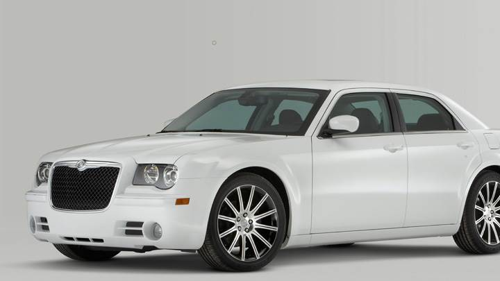Side Front Pose oF 2010 Chrysler 300 S6 In White