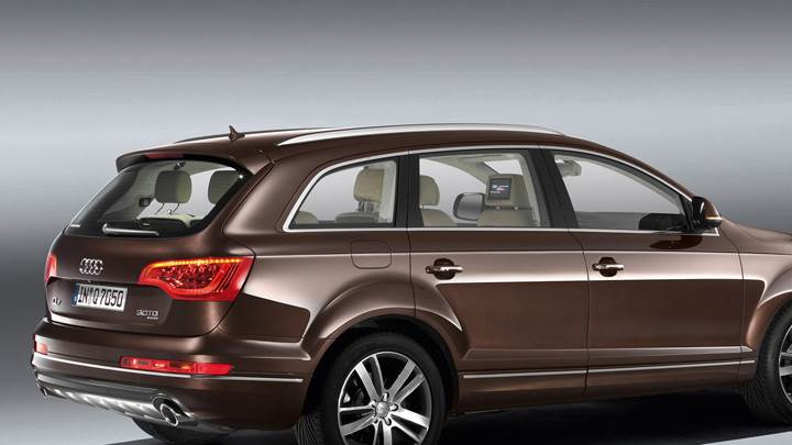 Side Pose Of 2010 Audi Q7 30 TDI In Brown