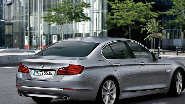 Side Pose Of 2011 BMW 5-Series Sedan Running In Grey