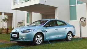 Side Pose Of 2012 Renault Fluence ZE In Blue