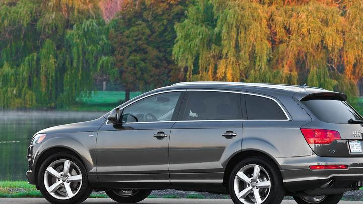 Side Pose Of Audi Q7 In Grey