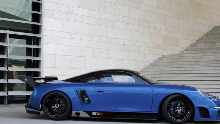 Side Pose Of Porsche 9ff GT9-R In Blue