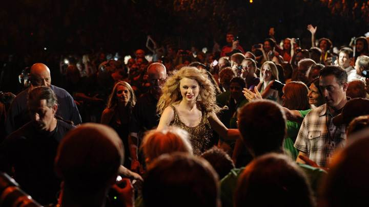 Taylor Swift Smiling N Red Lips Photoshoot In Crowd
