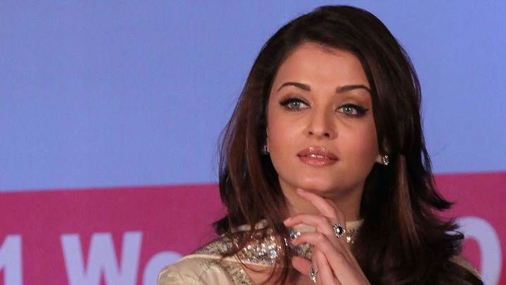 Aishwarya Rai Cute Face Clapping Photoshoot At Lavasa Womens Drive