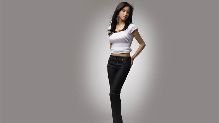 Han Hye-jin In White Top N Black Jeans Modeling Pose Photoshoot