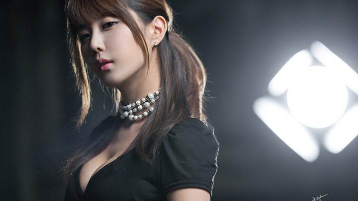 Heo Yun Mi Cute Korean Girl In Black Dress Side Pose