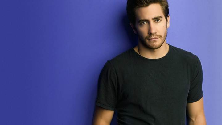 Jake Gyllenhaal Looking Smart In Black T-Shirt N Blue Background