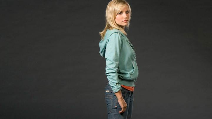 Kristen Bell In Green Sweat Shirt N Blue Jeans Side Pose Photoshoot
