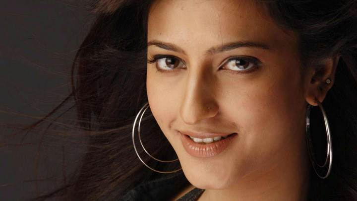 Shruti Haasan Smiling Cute Eyes And In Ring Earings Face Closeup