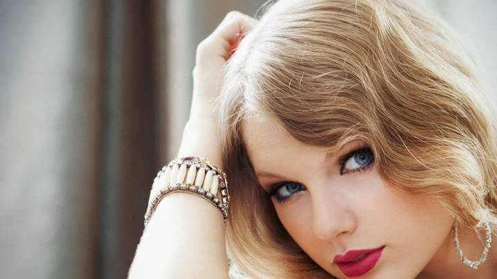 Taylor Swift Red Lips Blue Eyes Cute Face Closeup