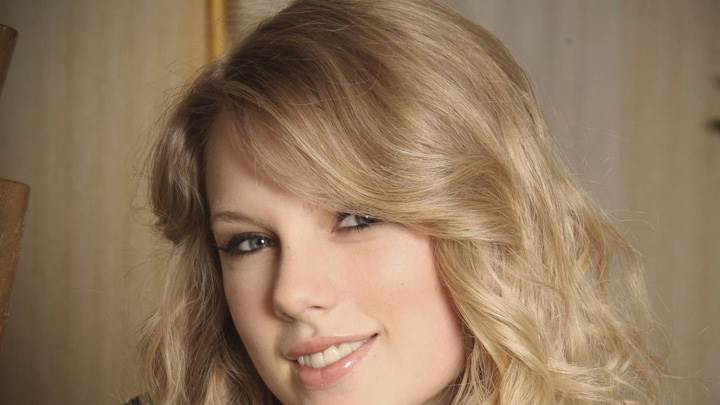 Taylor Swift Smiling Wet Lips N Golden Hairs Face Closeup