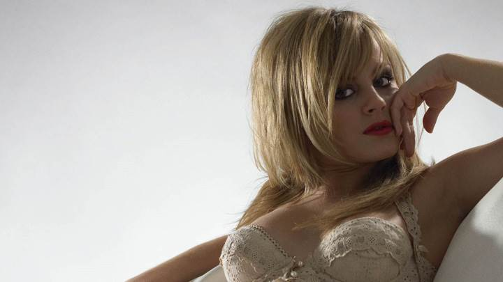 Tina O'Brien Sitting Pose N Red Lips Photoshoot