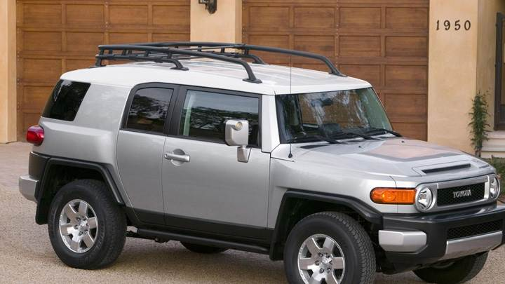 2008 toyota fj cruiser in silver side pose outside the. Black Bedroom Furniture Sets. Home Design Ideas