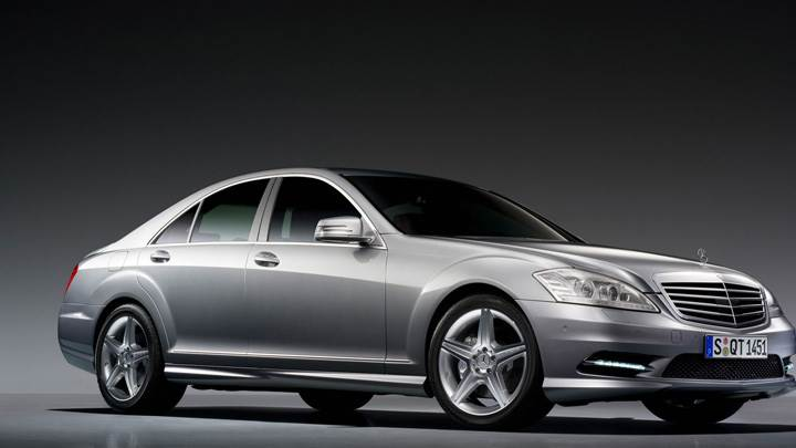 2009 Mercedes-Benz S500 Side Front Pose In Grey