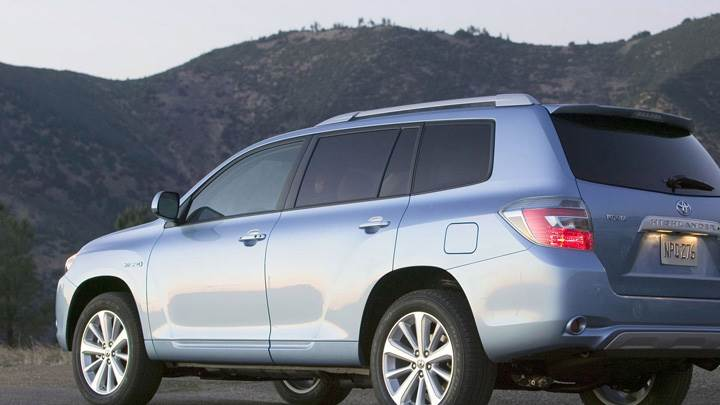 2009 Toyota Highlander Hybrid Back Side Pose Near Mountains