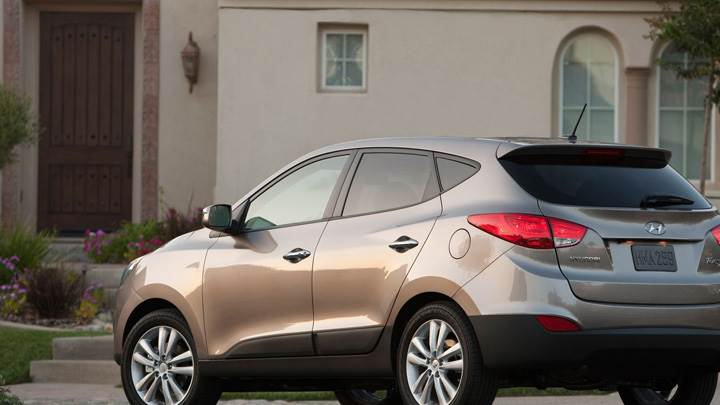 Attractive 2010 Hyundai Tucson Side Back Pose In Brown