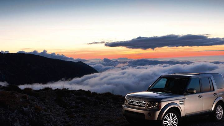 2010 Land Rover Discovery Pose At Sunset Time