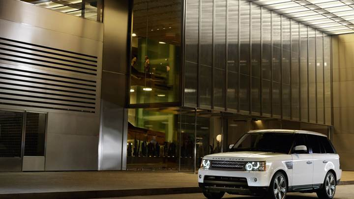 2010 Range Rover Sport In White Outside The Hotel