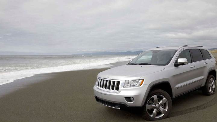 2011 Jeep Grand Cherokee Pose At Sea Side In Shine White