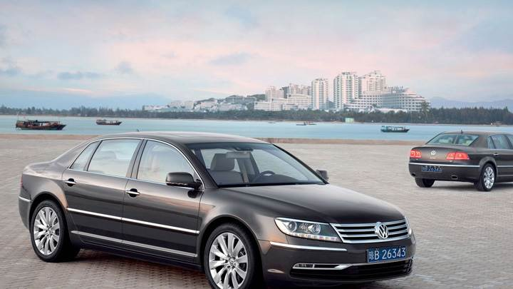 2011 Volkswagen Phaeton in Black Near Sea