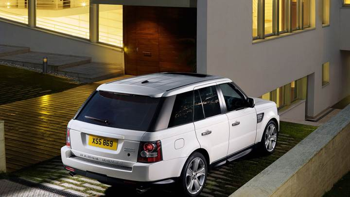 Back Pose Of 2010 Range Rover Sport In White