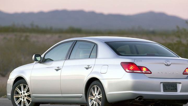 Back Side Pose Of 2009 Toyota Avalon In Silver