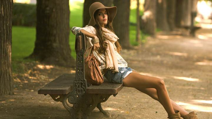 Clara Alonso Sitting On Seater Side Pose