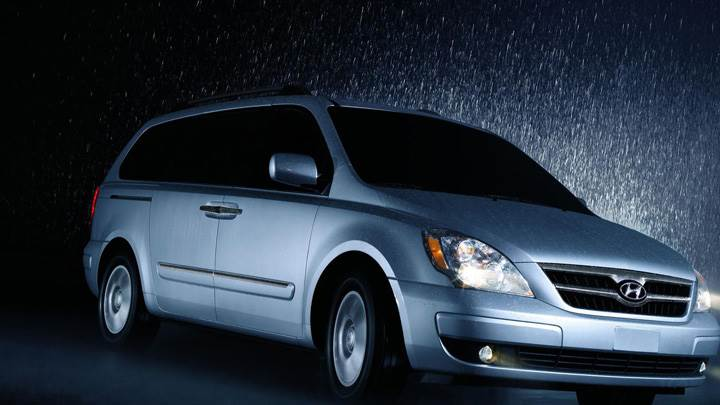 Hyundai Entourage 2009 In Rain Night Pose