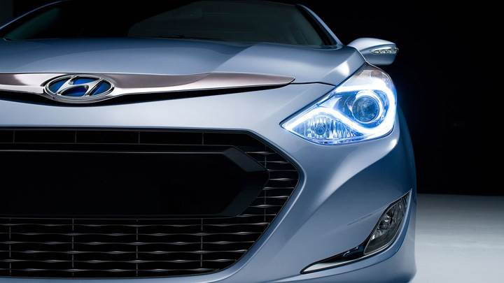 Hyundai Sonata Hybrid 2011 Front HeadLight Pose In Blue