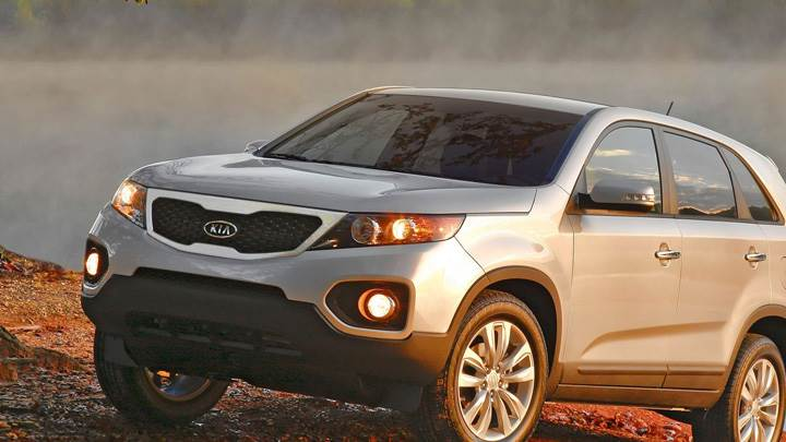 Side Pose Of 2011 Kia Sorento In Silver