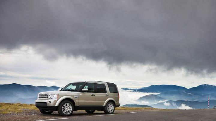 Land Rover Discovery 2010 Near Mountains Side Pose