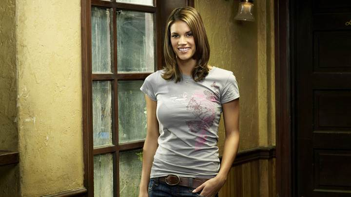 Missy Peregrym Smiling In Grey Top N Blue Jeans In Reaper