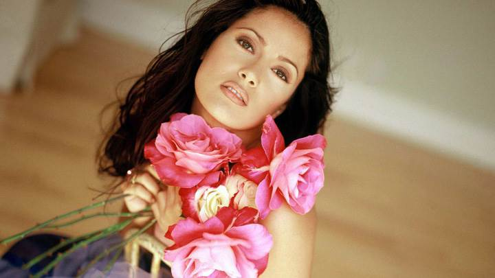 Salma Hayek Looking Front N Lots Of Roses In Hand