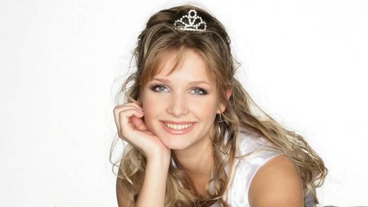 Sarah Ulrich Smiling Cute Face N Crown On Head