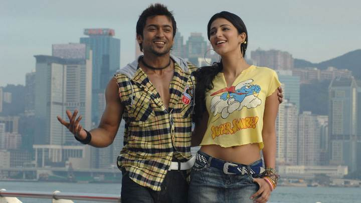 Shruti Haasan And Surya Smiling At Sea Side – 7aum Arivu Movie