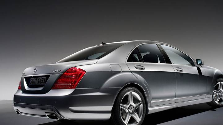 Side Back Pose Of 2009 Mercedes Benz S500 In Grey