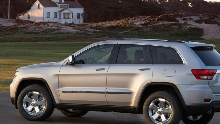 Side Pose Of 2011 Jeep Grand Cherokee In Shine White