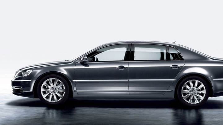 Side Pose Of 2011 Volkswagen Phaeton In Grey
