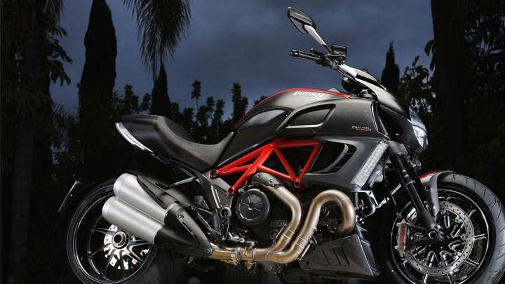 Side Pose Of Ducati Diavel 2012 In Black