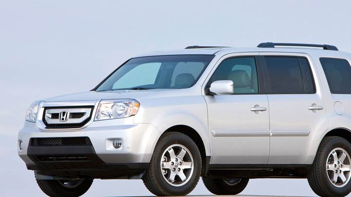 Side Pose Of Honda Pilot 2010 In White